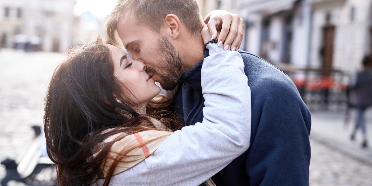 un couple amoureux passe un moment surprise pour la saint valentin