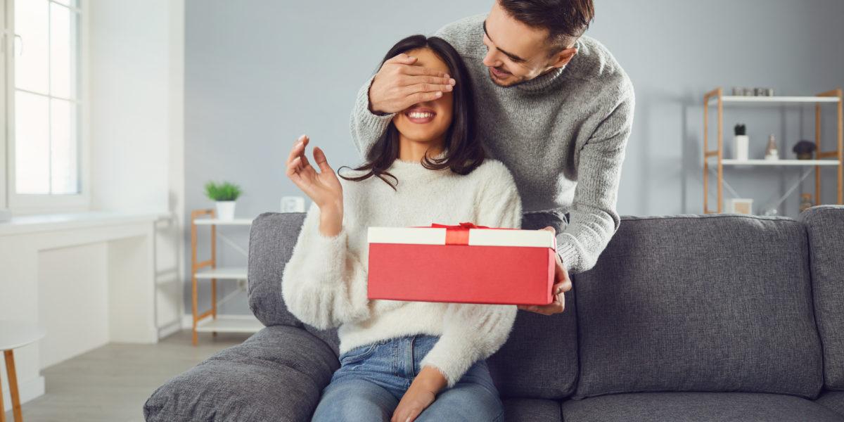 Homme qui offre un cadeau original à sa femme pour la saint valentin