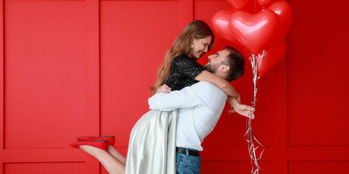 couple qui s'enlace pour la saint valentin