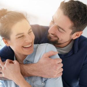 couple entrain de s'enlacer en souriant pour la saint valentin