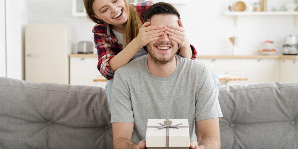 homme qui va découvrir un cadeau personnalisé pour la saint valentin