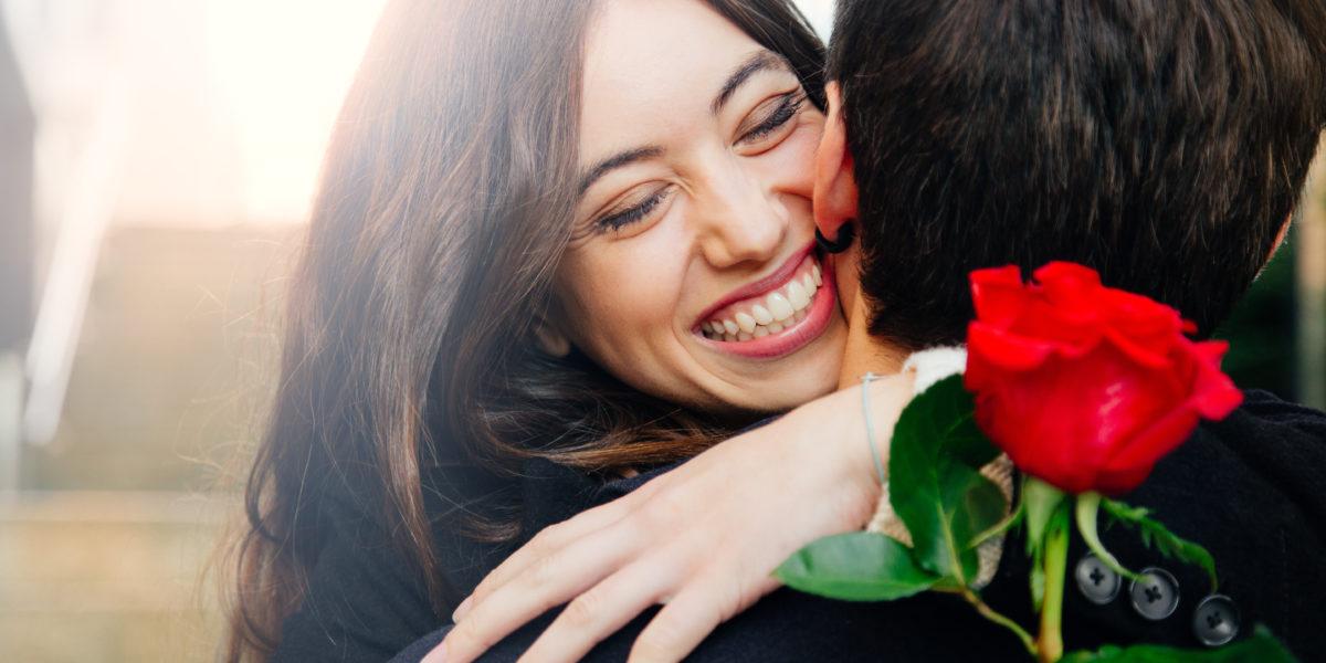 Femme qui reçoit un cadeau romantique pour la saint valentin